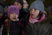 Vánoční zpívání u školy