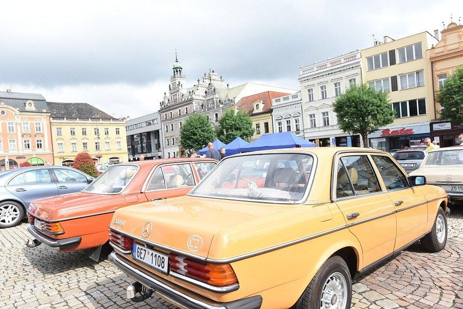 Majitelé vozů značky Mercedes-Benz se sešli po třiatřicáté a auty zaplnili kolínské Karlovo náměstí.