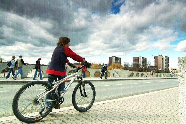 Masarykův, alias starý most v Kolíně – zobousměrnit, nebo ponechat jednosměrný?