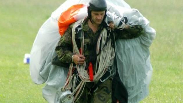 Jedním z vysoce adrenalinových zážitků je seskok z letadla s padákem na zádech.