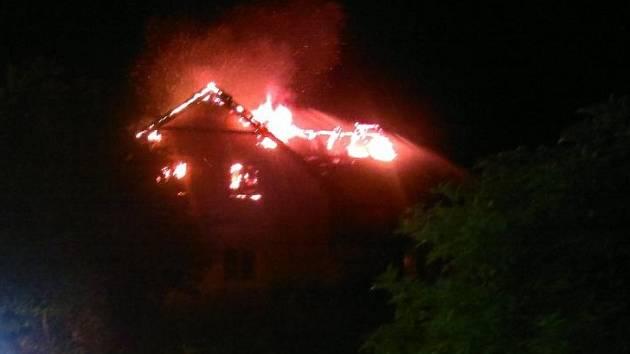 Novostavbu zachvátil požár. Zapálil ji blesk.