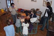 Děti v Klubu Zvonice si mohou vyzkoušet různé rukodělné aktivity nebo si jen povídat či poslouchat hudbu.