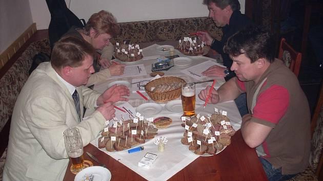 Mistrovství v pečení sekané v Týnci n. L.