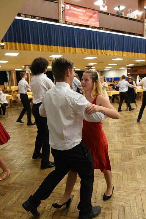 Z kurzu tance a společenské výchovy pod vedením manželů Hany a Eduarda Zubákových v Městském společenském domě v Kolíně.
