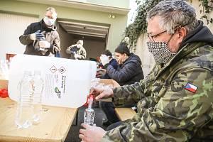 Z rozlévání dezinfekce do pet lahví na dvoře areálu Městské policie Kolín.