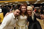 Sál společenského domu zaplnily stovky tančících Romů