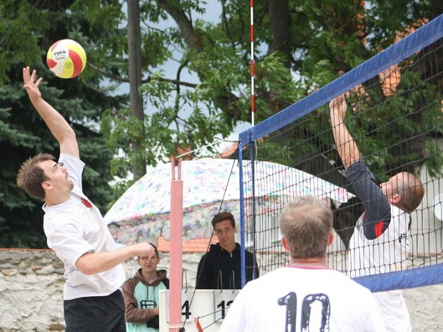 Jubilejného 20. ročníku se v zámeckém parku v Červených Pečkách zúčastnilo 16 smíšených trojic.
