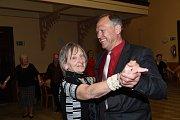 Taneční odpoledne Klubu přátel Františka Kmocha v sále Na Zámecké v Kolíně.