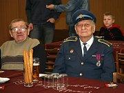 Legendární vedoucí mládeže František Vlk (vlevo) a zasloužilý hasič Josef Ddobrovolný