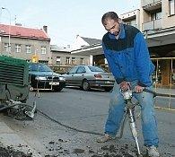 Oprava prorezavělého plynovodu v Pražské ulici v Kolíně trvala několik dnů.