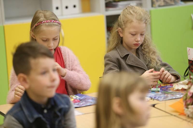 Předávání vysvědčení ve třídě 1. B. v Základní škole Mnichovická v Kolíně.