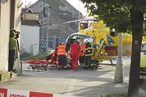 Pro těžce zraněného dělníka přiletěl vrtulník