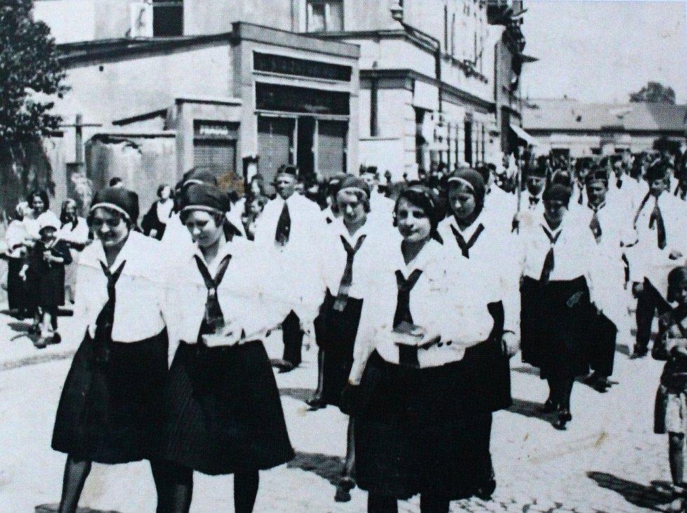 Slavnostní průvod v Pečkách.