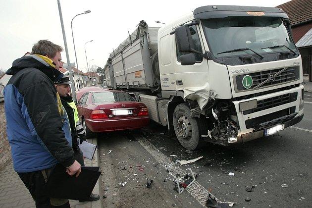 Ve Velkém Oseku se střetl kamion s hondou. 13. (pátek) února 2009
