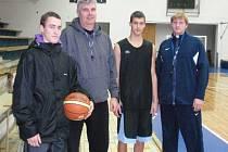 Kryštof Nemčok (vlevo) a Jiří Soudek (druhý zprava) ve společnosti trenérské dvojice Predrag Benáček a Filip Scholz (vpravo).