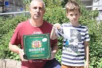 Stanislav Voháňka si přišel pro cenu v podobě kartonu piv značky Rohozec a poukazuv hodnotě 100,-Kč do kolínské kavárny Kristián se synem Filipem.
