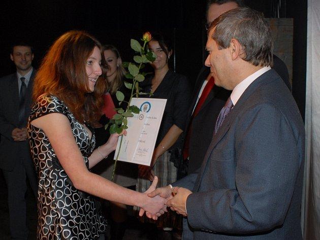 Vítězkou literární soutěže se stala Daniela Potěšilová ze 4. základní školy v Kolíně. Cenu jí předal místostarosta Pavel Hoffmann.
