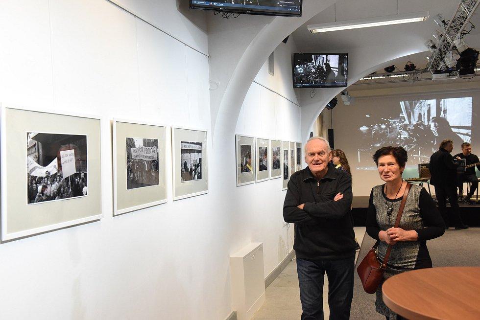 Z vernisáže výstavy 'Ohlédnutí za devítkovými roky' fotografa Pavla Váchy vkolínském Ceropu.