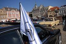 Mercedesy různého stáří zaplnily kolínské Karlovo náměstí