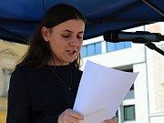 Jom ha šoa, veřejné čtení jmen obětí holocaustu, se uskutečnilo v pondělí na Karlově náměstí v Kolíně.  Akci předcházelo odměnění studentů knižními poukázkami za píli v projektu Děti hledají děti.