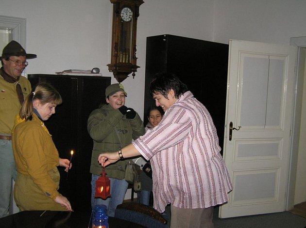 Kostelečtí skauti předávají  Betlémské světlo.