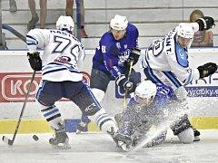 Hokejisté Kolína (v modrém) první duel nové sezony nezvládli. Doma nestačili na Vrchlabí.