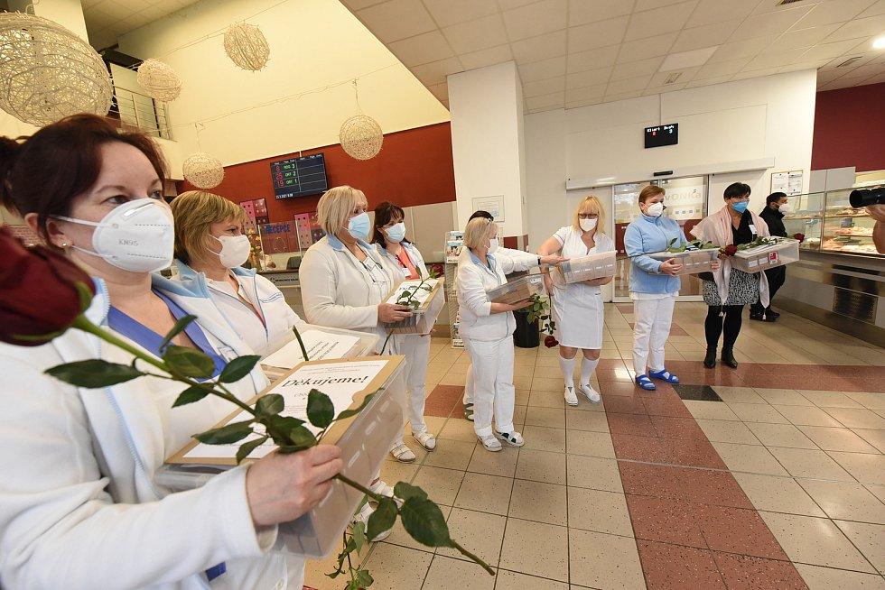 Z předání dárků od studentů a poděkování zdravotníkům na recepci Oblastní nemocnice v Kolíně.