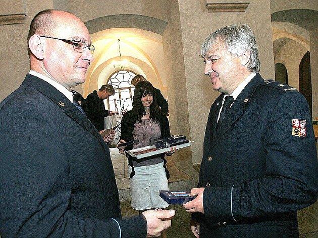 Předávání pamětních medailí v kolínské synagoze