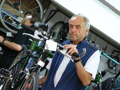 Jaromír Vyskočil (61 let) je ženatý a má dvě dospělé děti. Vystudoval elektrotechnickou průmyslovku v Kutné Hoře. Po maturitě nastoupil do kolínských tiskáren, kde pracoval 25 let. V roce 1990 začal podnikat se sportovními potřebami. Záliby:sport a opera.