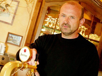 Josef Jareš (48) po absolvování Středního odborného učiliště – obor kuchař v rámci  Interhotelu Praha pracoval jako řidič kamionu. Po převratu v roce 1989 využil příležitosti  a odjel na  zahraniční stáž do Německa.