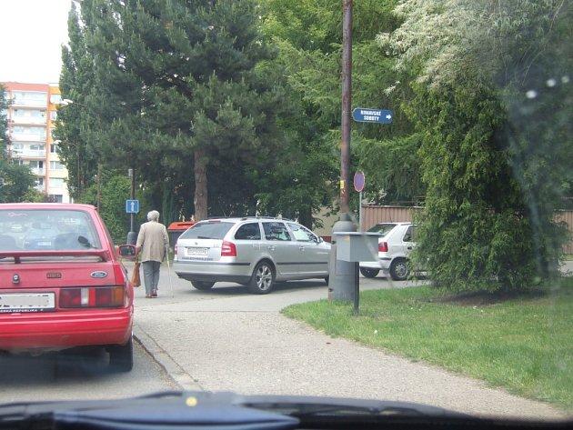 ulice Rimavské Soboty, stání v křižovatce hned dvakrát