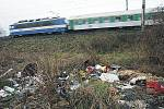 U železniční trati u Ohrady nedaleko Kolína se o víkendu objevily další nedoručené zásilky. Bohužel jsou na místě i použité injekční stříkačky.