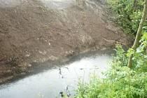 Povodí Labe odstranilo obrovský nános a strom v Šembeře.