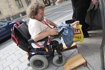 Pro člověka na vozíčku je problémem i to, co si ostatní ani neuvědomí, že překročili.