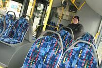 Ačkoli cestujících v autobusech Městské hromadné dopravy v Kolíně přibývá pozvolna a dopravce má velké ztráty, na ceně jízdného se to neprojeví.