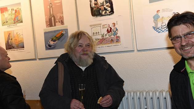 Z vernisáže výstavy Perličky humoru ve foyer Kina 99 v Kolíně.