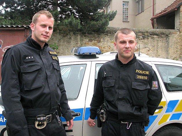 Policisté Jakub Mazal a Miroslav Maksa z černokosteleckého obvodního oddělení