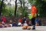 V 16 hodin před dětské diváky nastoupil záchranář Marek Hylebrant. Při svém představení s obří plyšovou sanitkou a pomocníkem – plyšovým medvědem – udržel pozornost těch, co měli pláštěnky a deštníky, a rozesmál i část dospělého publika.