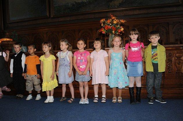 Šerpování předškoláků v kolínské obřadní síni.