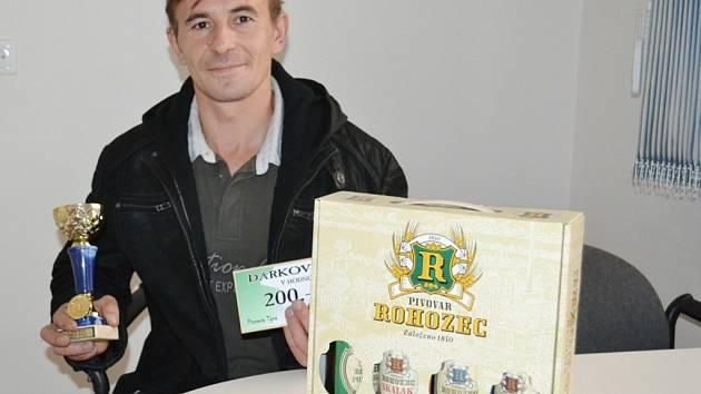Zdeněk Miler získal dárkový šek v hodnotě 200 korun do pizzeria Týna, volnou vstupenku na cvičení SlimBelly, karton piv značky Rohozec a pohár od firmy Sportforte.