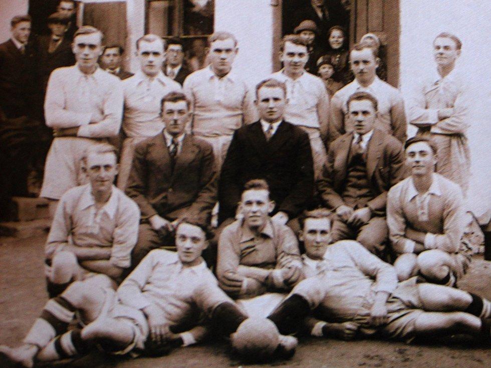 Cerheničtí fotbalisté mají silnou tradici. Hrávali už v letech 1933 až 1938. Fotografie odhaluje tehdejší tým v roce 1935.