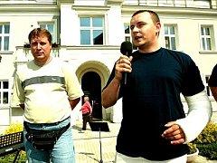 Dnes již bývalý šéf pečeckých policistů Miloslav Čihák (vpravo) se svým zástupcem Tomášem Trumpusem na Dni s Deníkem v Pečkách.