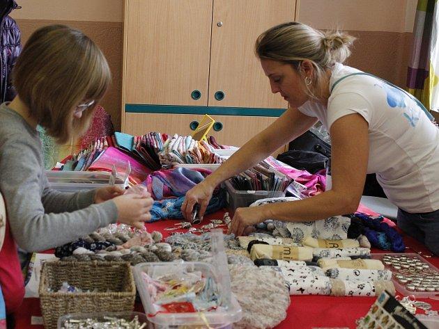 Již 9. ročník adventního jarmarku a festivalu kreativních dílen Andělské zvonění se uskutečnil vbudově českobrodského gymnázia.