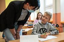 Kolínská místostarostka Iveta Mikšíková s dětmi ve škole.