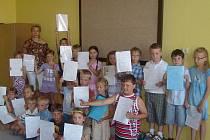 Prvňácci z Velkého Oseka přebírali vysvědčení