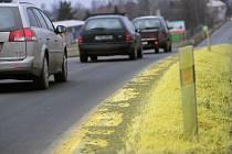 Odpad zaneřádil několikakilometrový úsek silnice I/38