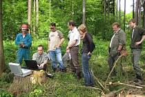 Jiří Dvořák z Fakulty lesnické a dřevařské ČZU předvádí hostům z Belgie přímo v lese prezentaci k lesní těžbě.