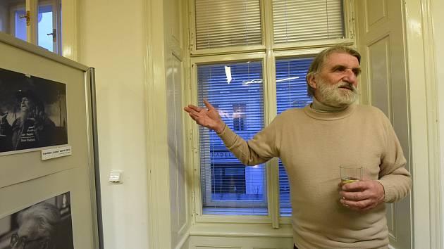 Fotograf Pavel Vácha na jedné ze svých výstav.
