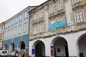 Dům U Zlaté štiky (vpravo), vedle sousedící dům, kde bude mít regionální muzeum hlavní sídlo.
