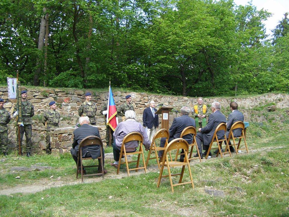 Slavnostní setkání příslušníků bývalých PTP spojené s polní mší se uskutečnilo ve zříceninách historickém hradu Sion